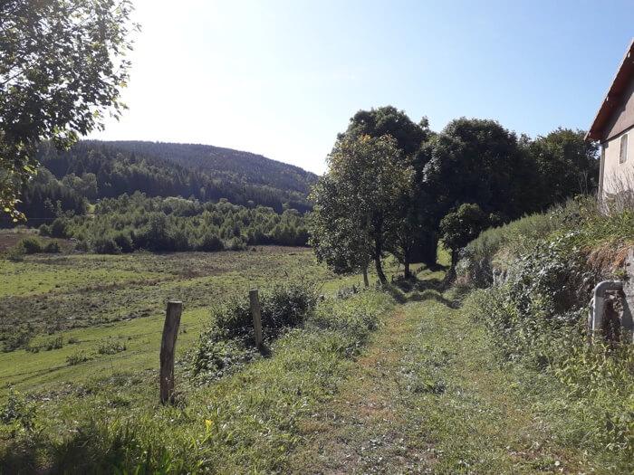 Graspad achter natuurcamping Les Trexons