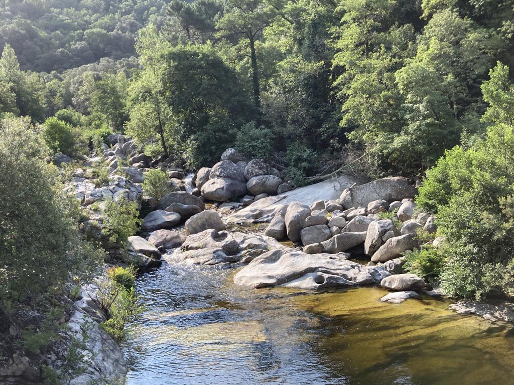 pootjebaden tijdens wandelen op Corsica