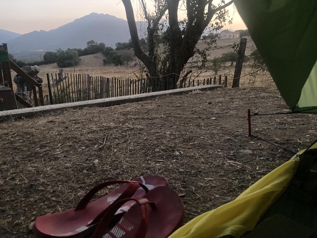 uitzicht vanuit de tent op camping Propriano