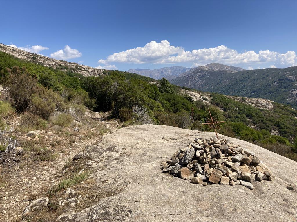 Kruis en stenen op Mare e Monti trail