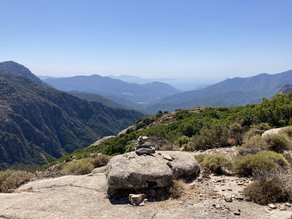 gestapelde steentjes tijdens de hike