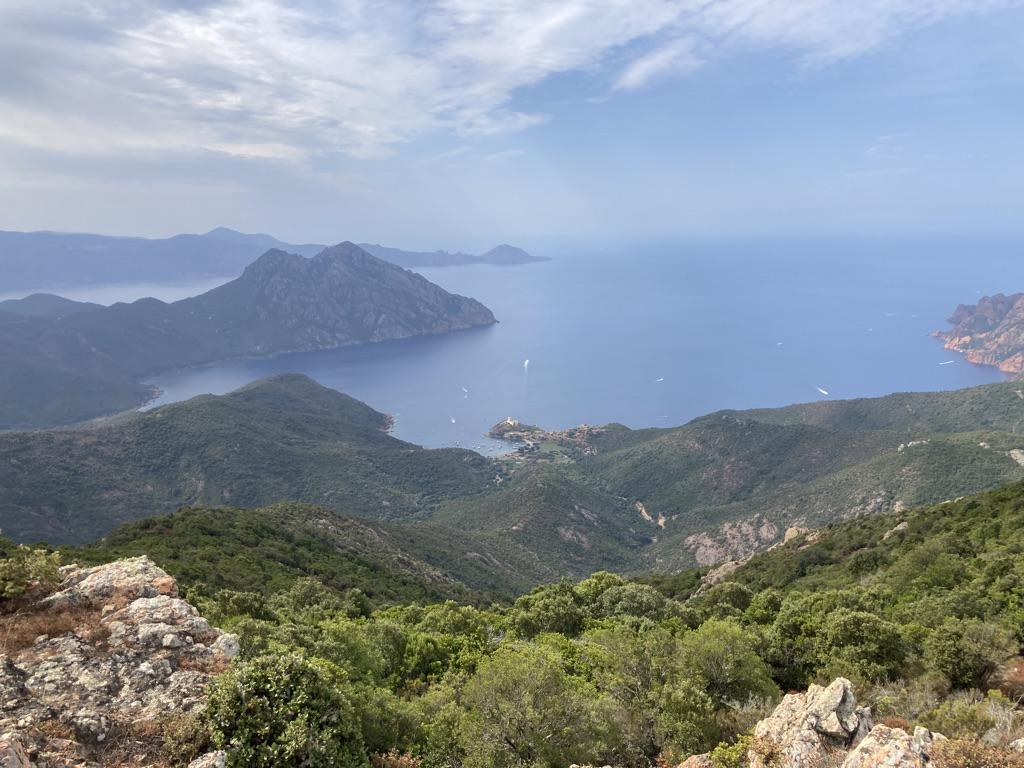 uitzzicht tijdens wandelen op Corsica