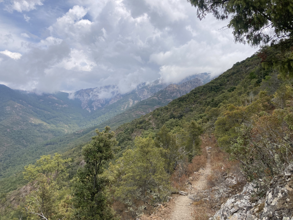 bewolkt Corsica in de bergen